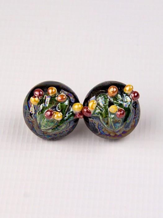 Orecchini a mezza sfera in maiolica con fico d'india a rilievo