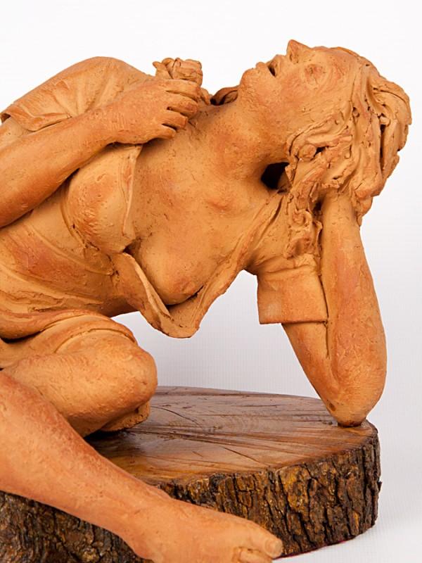 Donna baciata dal sole (Tir. Limitata) (H 20) Sculture - CeramicArt Caltagirone
