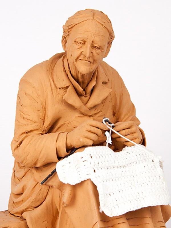 Anziana magliaia (Tir. Limitata) (H 25) Sculture - CeramicArt Caltagirone